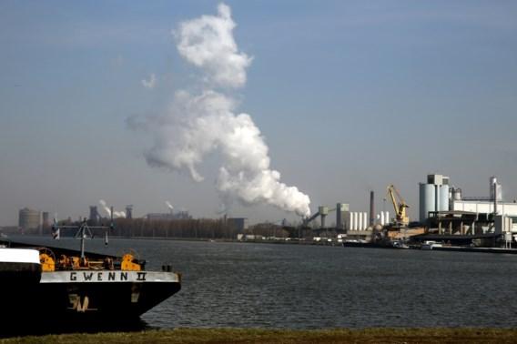 Vakbonden blokkeren schip dat niet met havenarbeiders gelost werd