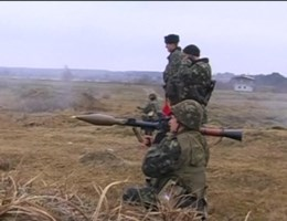 Russen bestormen legerbasis op de Krim