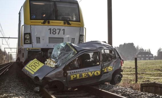 De trein sleurde de auto zeshonderd meter mee alvorens tot stilstand te komen.
