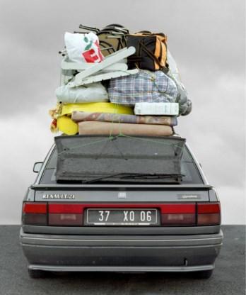 Thomas Mailaender toont foto's van 'Voitures cathédrales': tot de nok volgeladen auto's waarmee Marokkanen op vakantie trekken naar hun thuisland.