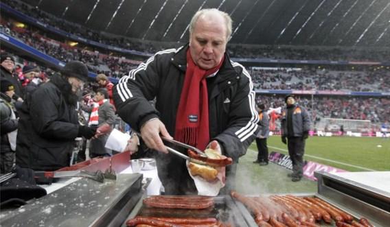 De voorzitter maakt broodjes met braadworst voor de supporters van Bayern. Zal Uli Hoeness zich na een mogelijke veroordeling nog kunnen vertonen in het stadion?