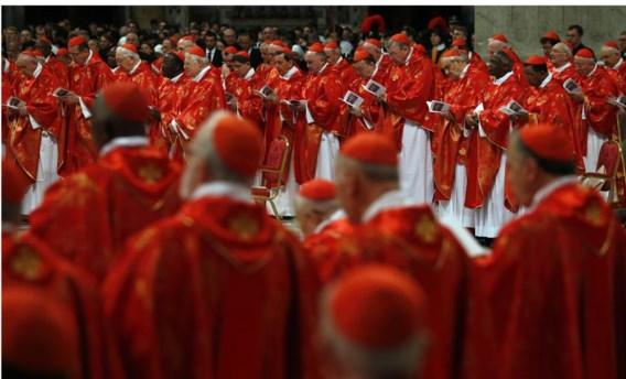 De kardinalen vieren een mis in de Sint-Pietersbasiliek in Rome. Wanneer wordt de eerste vrouw tot kardinaal gecreëerd?