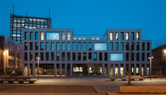 Michel François projecteert video op de ramen van jeugdherberg Pulcinella in Antwerpen.