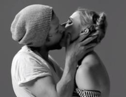 Kledingmerk zit achter video 'kussende vreemden'