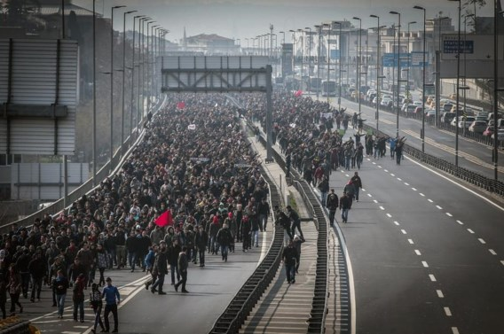 Rellen in Ankara, massale begrafenisstoet in Istanbul