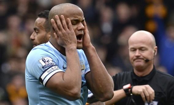 Vincent Kompany schreeuwt zijn frustratie uit om een nochtans terechte rode kaart na tien minuten. Toch won City nog met 0–2.
