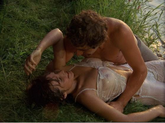 Willeke van Ammelrooy verleidt Jan Decleir met nat textiel in de film 'Mira'.