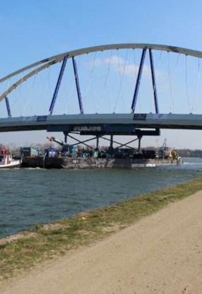 Een ponton brengt de brug naar Viersel.