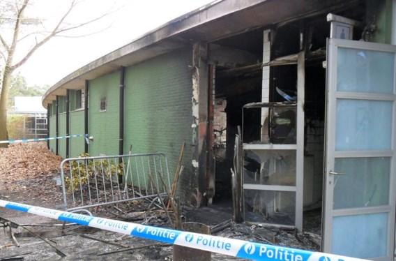 De linkervleugel van het gebouw liep zware schade op.