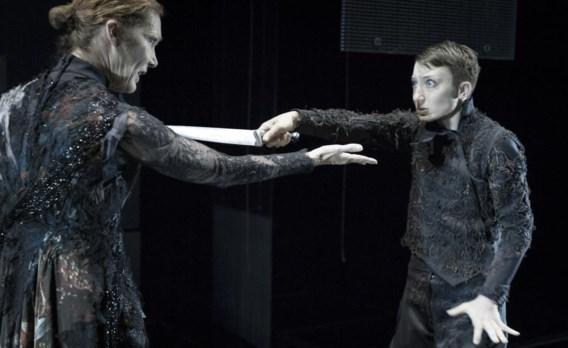In Amsterdam gaat vanavond 'Hamlet vs Hamlet' in première, een nieuwe Shakespeare-bewerking van Tom Lanoye. In de versie van Toneelgroep Amsterdam en Het Toneelhuis Antwerpen wordt Hamlet gespeeld door een vrouwelijke actrice: Abke Haring (op de foto rechts, met Chris Nietveld). In de bewerking van Tom Lanoye staat Hamlet op de drempel van de volwassenheid; een adolescent die oog in oog komt te staan met zichzelf, zijn twijfels en verwarring.
