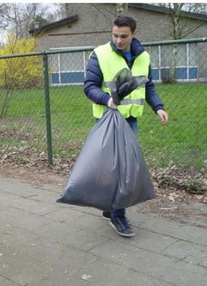 De leerlingen houden zelf grote schoonmaak rond de school.