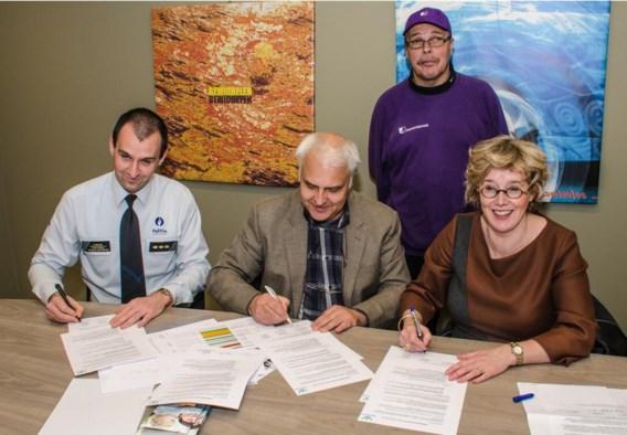 Korpschef Steve Provost, Dirk Depover van Child Focus en burgemeester Veerle Heeren ondertekenen de overeenkomst.