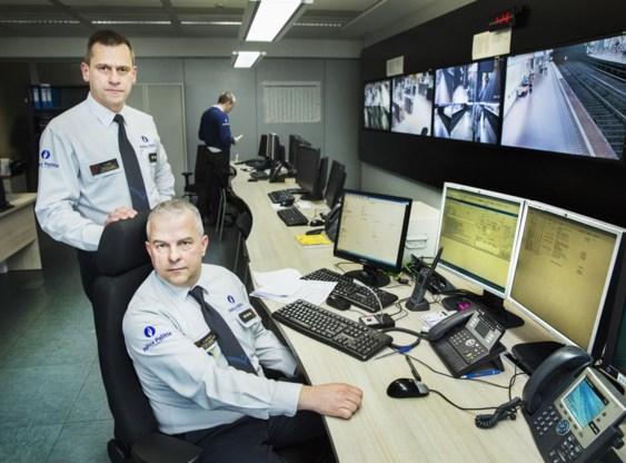 Olivier Libois (staand) en Pascal Wautelet in het commandocentrum van de spoorwegpolitie in Brussel-Zuid.