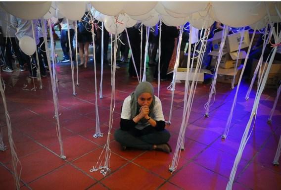 Een vrouw mediteert tijdens een manifestatie in Kuala Lumpur ter ondersteuning van de families van passagiers op het verdwenen toestel.