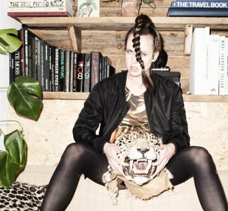 Mysterieus, verleidelijk en met gotische roots, MØ heeft goed naar haar voorbeelden gekeken.