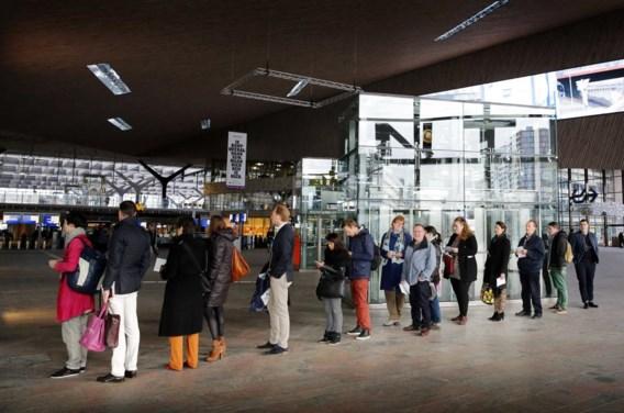 Lange rijen aan de stembus in het station van Rotterdam