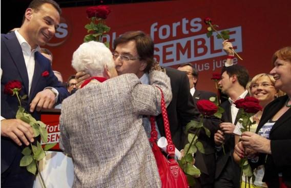 Kandidaat Elio Di Rupo omhelst Renée Vankeleffe, de voorzitster van de PS-seniorenfederatie.