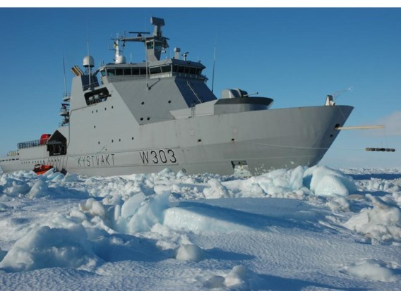 De KS Svalbard van de Noorse kustwacht in de Barentszzee, in maart 2007. De jongste jaren vermindert het ijs.