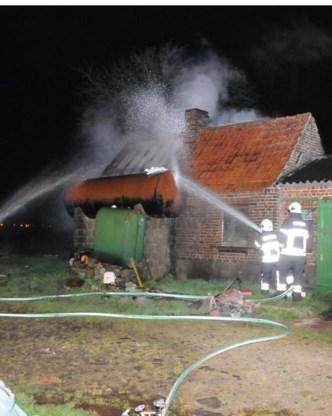 De brandweer verhinderde dat de stookolietank naast het gebouw in brand vloog.