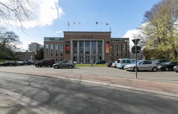 Het Gentse stadsbestuur wil het plein voor het SMAK omdopen tot het Jan Hoet-plein, ter ere van de overleden kunstpaus.