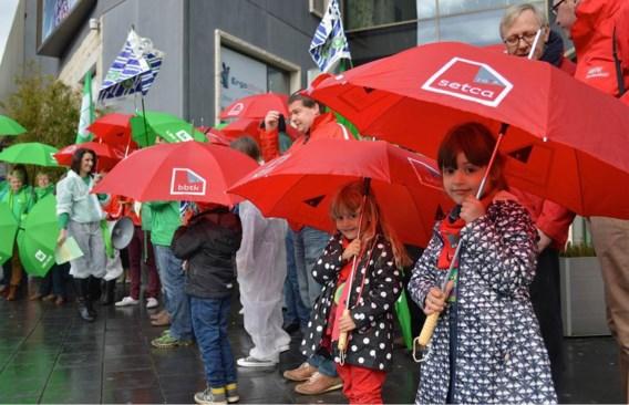De vakbonden beginnen een juridische strijd om te vermijden dat er straks één koopzondag per maand is in Kortrijk.