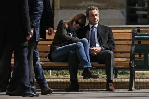 Gewezen president Nicolas Sarkozy en zijn echtgenote Carla Bruni genieten in Parijs van de lentezon nadat ze gestemd hebben.
