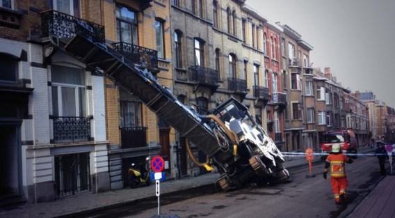Vrachtwagen dreigt op huizen te vallen