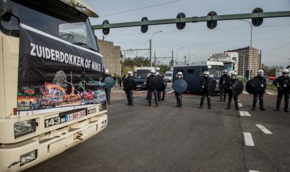 Talrijke foorkramers sloten belangrijke kruispunten af met vrachtwagens. De politie bracht onder meer een waterkanon in stelling.
