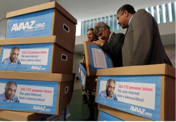 Voorstanders van de wet overhandigden 340.000 handtekeningen aan het Lagerhuis.