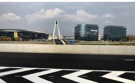 Naast de Arena staan nu twee torens met dezelfde blauwe uitstraling.