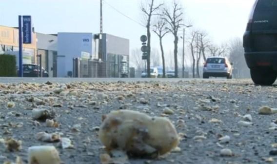 De Rijksweg was hier en daar bedekt onder een gladde laag aardappelschilfers.