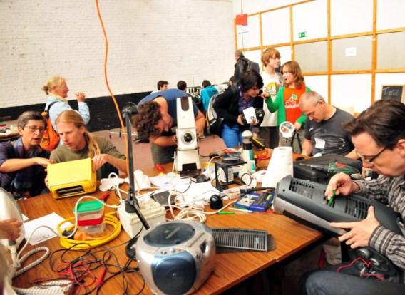 Een Repair Café in Kortrijk. 'Doeners maken dat we niet inslapen.'