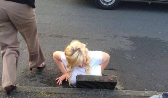 Meisje zit vast nadat ze iPhone uit riool probeert te vissen