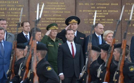 De Russische premier Medvedev op een herdenkingsdienst op De Krim.