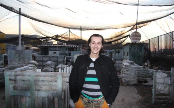 Rachid Abourig bij zijn paintballterrein.