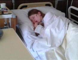 Meisje maandenlang in slaap door ziekte