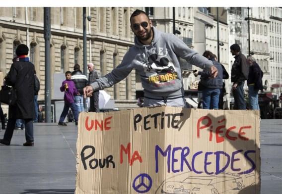 Deze man in Parijs steekt de draak met de stereotiepen over de Roma.