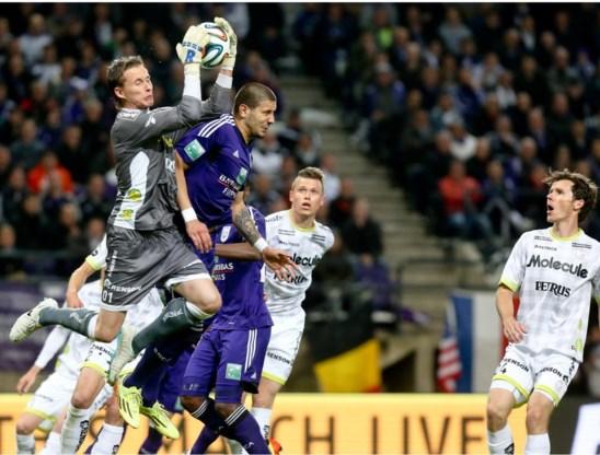 Zulte Waregem-doelman Sammy Bossut klimt hoger dan Aleksandar Mitrovic en pakt de bal klemvast.