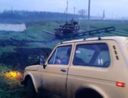 Separatisten in Lada rijden tank klem