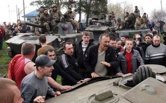 Pro-Russische betogers discussiëren met Oekraïense militairen nabij Kramatorsk.