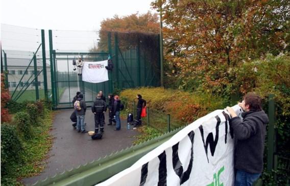 Niet iedereen vindt gesloten asielcentra een goed idee. Deze activisten protesteerden ertegen voor de deur van Vottem in 2008.