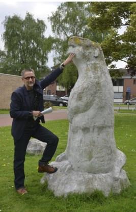 Kunstcriticus Johan Debruyne: 'Het standbeeld mag beter onderhouden worden, want nu zit de marmot onder mos en aanslag.'