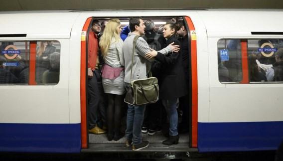 Het was voor de Londenaars dringen om in een van de schaars rijdende metrostellen te geraken.