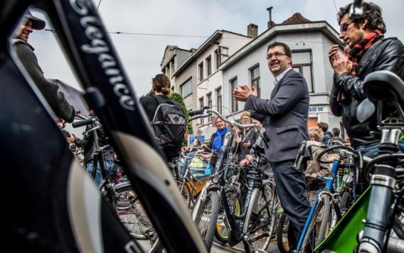 Wouter Van Besien (Groen) feliciteert de actievoerders.