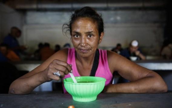 Monica Flores (43) deed vroeger mee aan schoonheidswedstrijden. Nu is ze straatverkoper. En vooral: straatarm.
