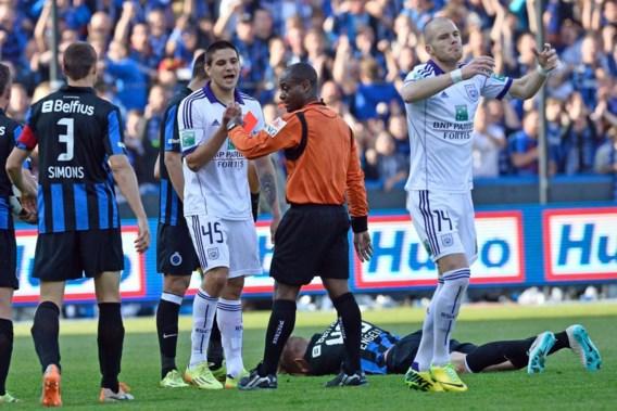 Jérôme Nzolo stuurt Mitrovic, die zich heel dom liet provoceren, van het veld.