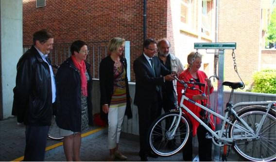 De vertegenwoordigers van de KU Leuven konden haast niet wachten om de fietsherstelboog zelf uit te testen.
