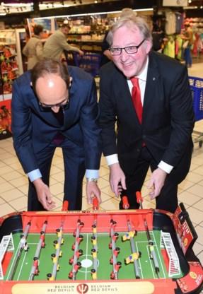 Bondsvoorzitter François De Keersmaecker test de Duivels-koopwaar in supermarkt Carrefour.
