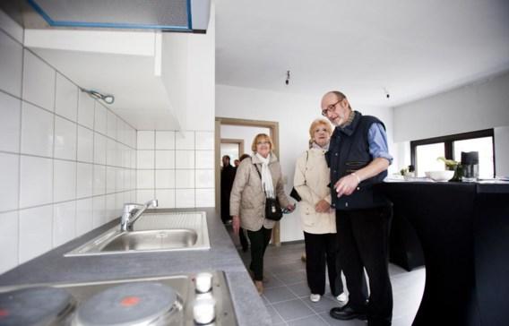 Georges Gorremans (rechts) inspecteert zijn nieuwe leefruimte. 'Ik ben blij dat ik in deze buurt kan blijven.'