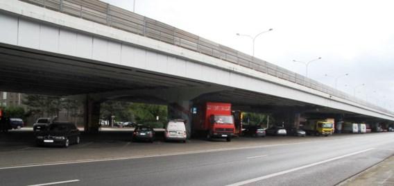 Het AWV wil voorkomen dat chauffeurs via de parkings onder het viaduct in Wilrijk van rijrichting veranderen.